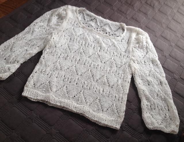 透かし模様の白いセーター