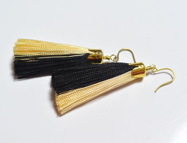 シルクタッセルのピアス・黒×白金(ゴールドチタンフック)