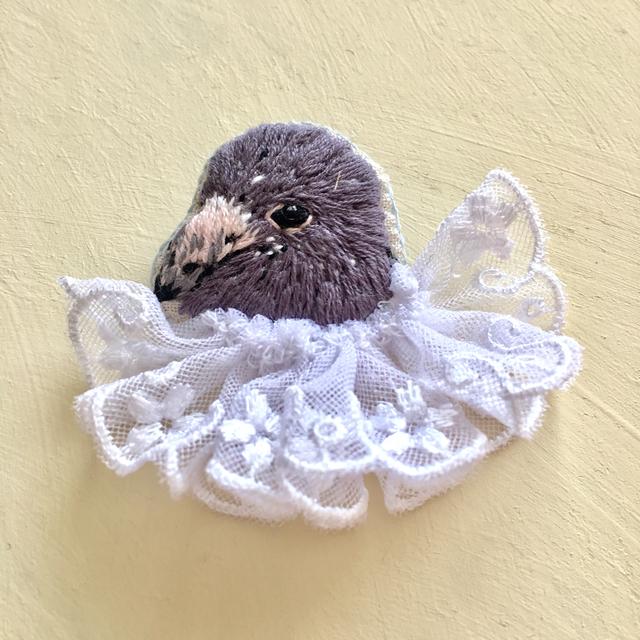 鳩の手刺繍ブローチ