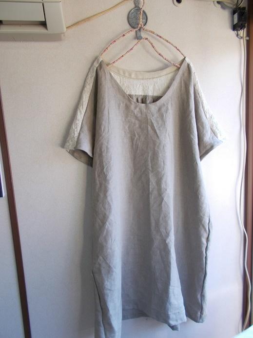 刺繡リネン後ろギャザーワンピース