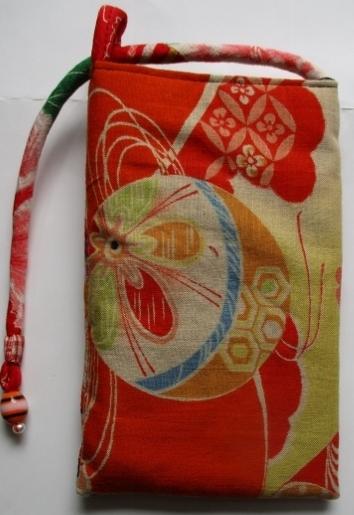花柄の着物と羽織の裏地で作ったスマホ...