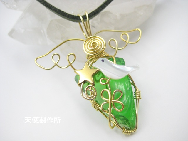 琉球ガラス(緑)と小鳥のペンダント(金)