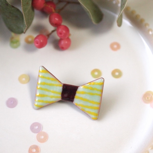 三角リボンの小さいブローチ