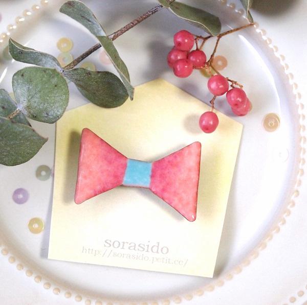 三角リボンのピンクブローチ