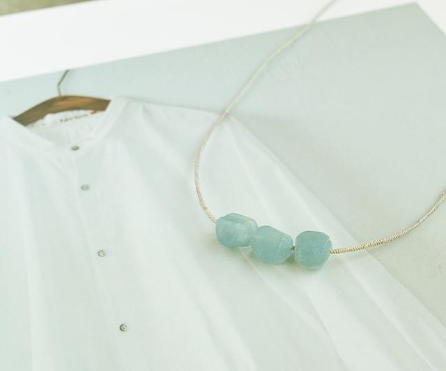サックスブルーの石のネックレス