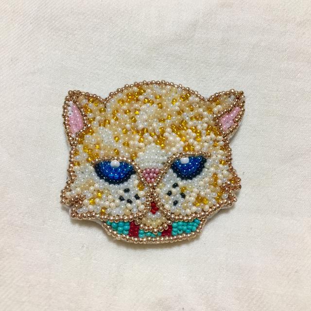 ビーズ刺繍のへちゃネコブローチ