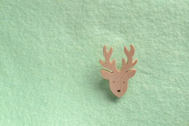 鹿の顔 木のブローチ