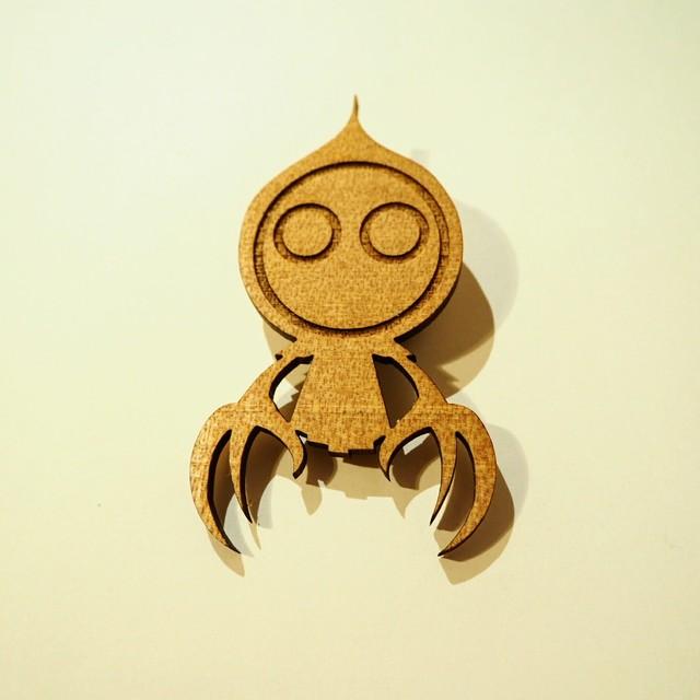木製3メートルの宇宙人ブローチ