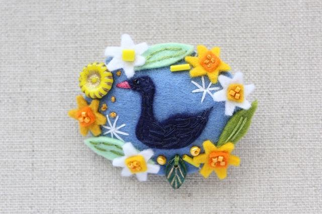 花輪フェルトブローチ 水仙と黒鳥