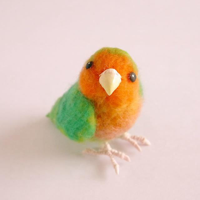 「見つめるコザクラインコ」羊毛フェルトの小鳥フィギア