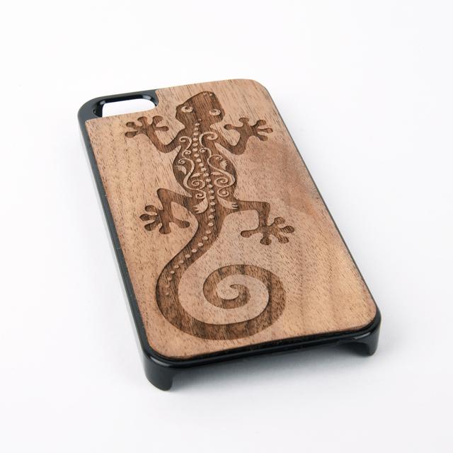木彫りのスマホカバー ヤモリ(iPhone SE 専用)Walnut Smart Phone Cover