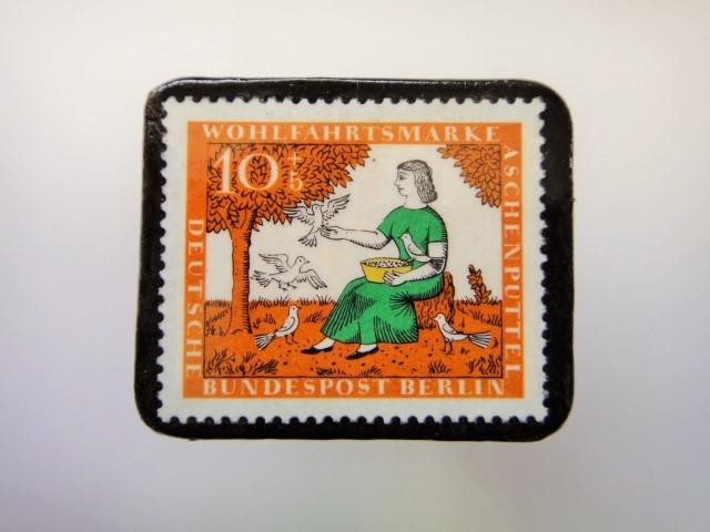 ドイツ シンデレラ切手ブローチ2279