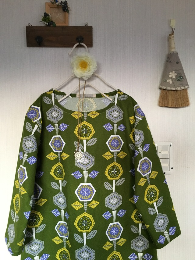 北欧調綿麻の肩落ちワンピ六角形の花