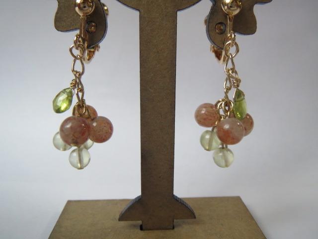 サンストーンとプレナイトの木の実のイヤリング