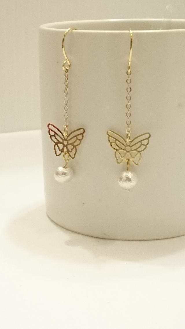 シンプルな蝶のピアス
