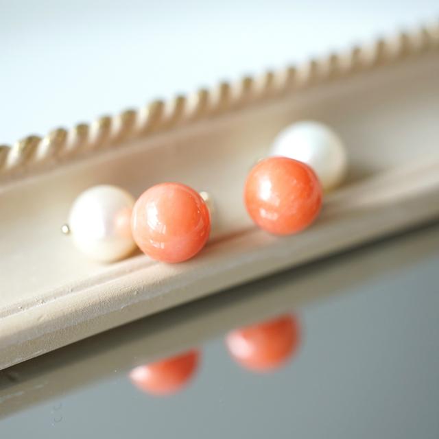 染め桃色珊瑚と真珠キャッチのスタッド...