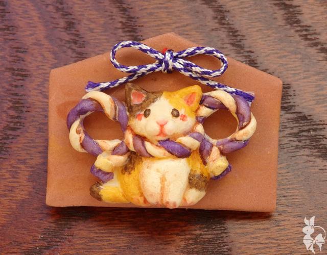 絵馬ブローチ 三毛猫(紫)*おみくじ付き