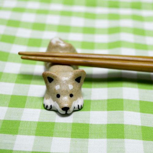 背中にお箸を置いてもらうのが好きな柴犬