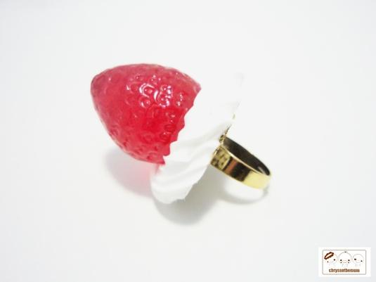 おいしそうなイチゴの指輪