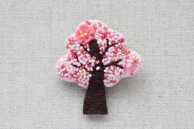 木のブローチ 桜
