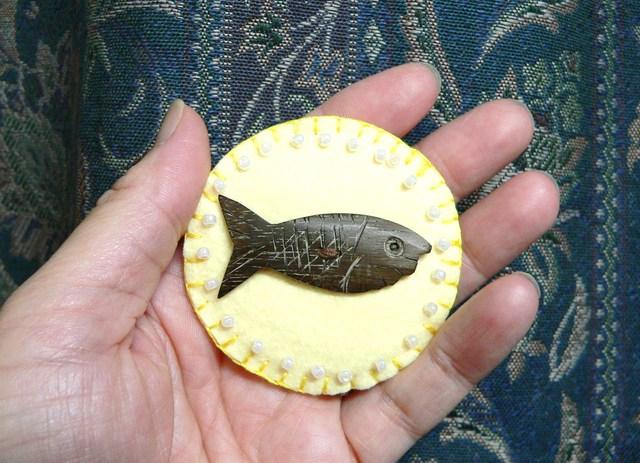 お魚ボタンのフェルトブローチ(クリーム)