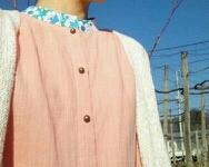 ピンクのダブルガーゼとブルーの花柄衿...