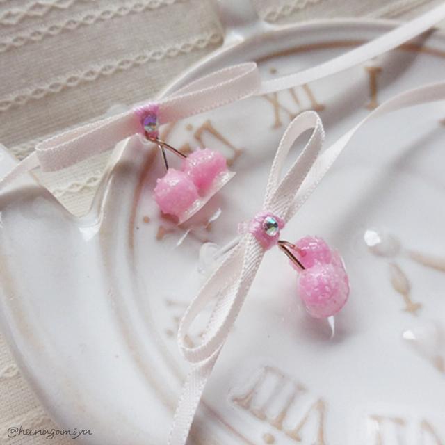 ピンクの砂糖菓子のさくらんぼの樹脂ポ...