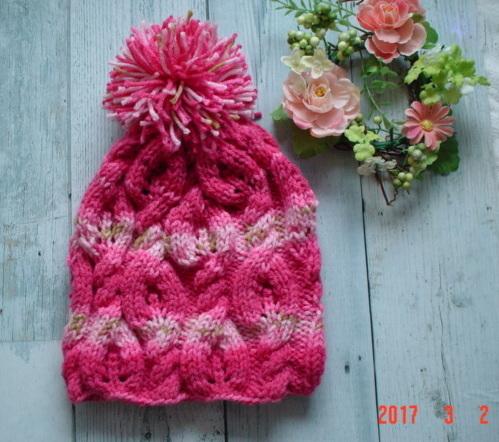 段染めピンクの毛糸のポンポン付のknit...