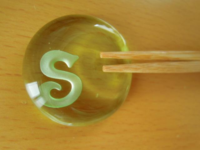 イニシャル入り ガラスの丸型箸置き【受注製作】