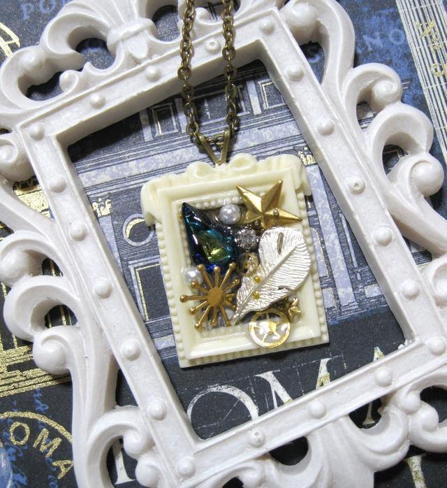 白い羽根と青い雫のネックレス