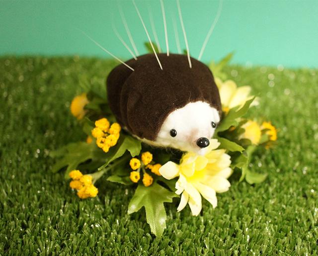 【春の花祭り】ハリネズミの猫ひげスタンド