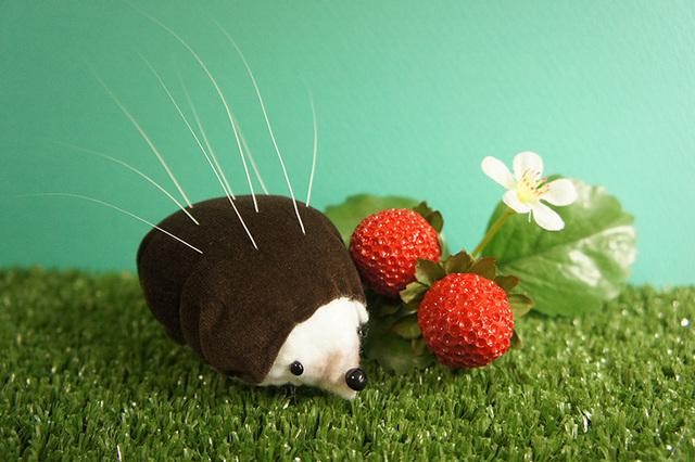 【春の苺祭り】ハリネズミの猫ひげスタンド