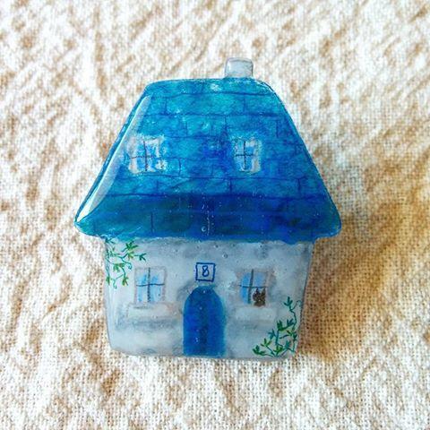 青い屋根のおうちブローチ