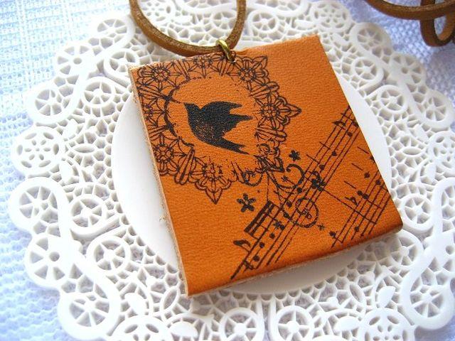 飛び立つ鳥と楽譜の革ロングネックレス_221