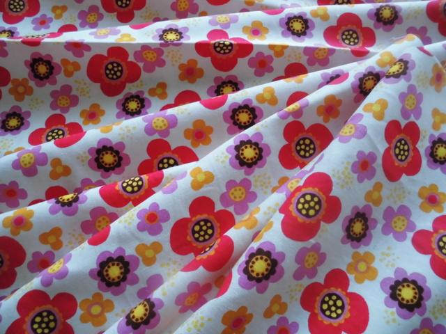 送料込生地(白地に赤とピンクの北欧風花柄)