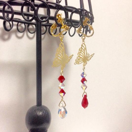 蝶のイヤリング-Red-(ピアスフック、ノンホールピアス変更可)
