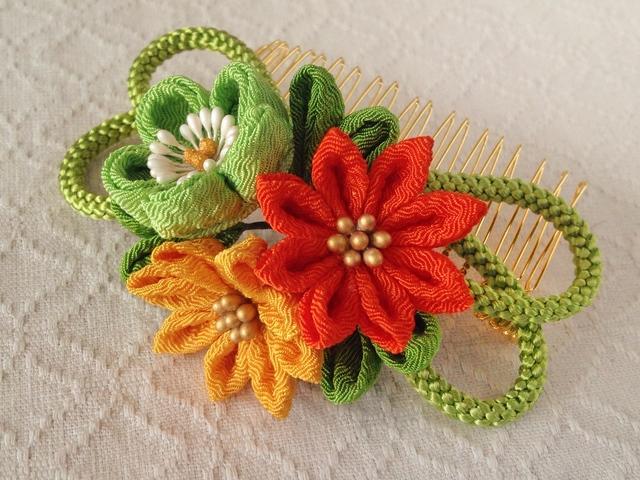 〈つまみ細工〉梅と小菊と江戸打ち紐のコーム(緑)