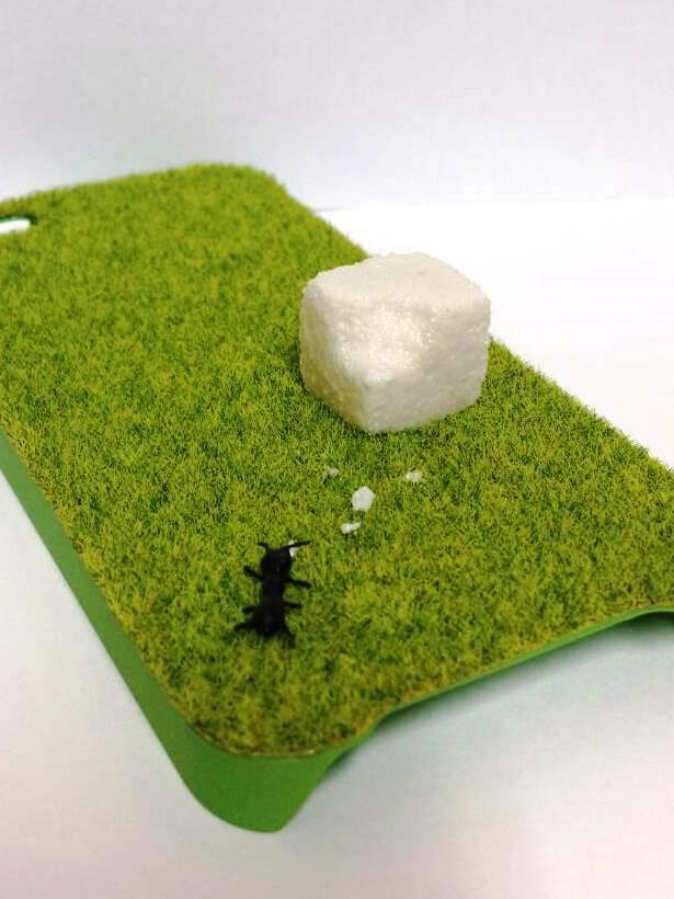SALE!【iPhone5/5S用】芝生に落ちた角砂糖と蟻のスマホケース