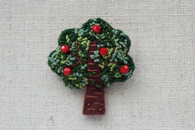 木のブローチ りんごの木