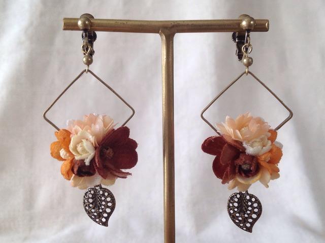染め花と葉パーツのフープイヤリング(ブラウン)