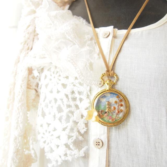 お花畑の赤ずきんネックレス(懐中時計型)