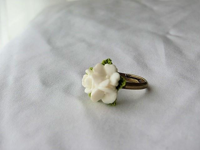 白いブーケのリング