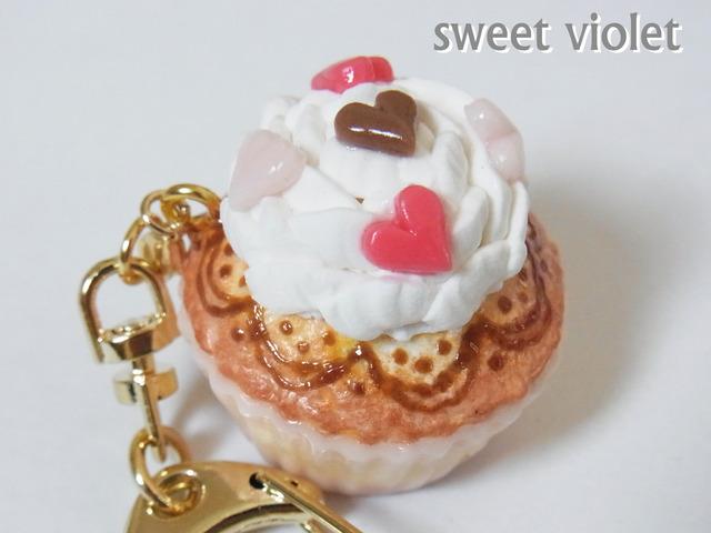 フラワーホイップとハートチップのカップケーキキーホルダー(バッグチャーム変更可)