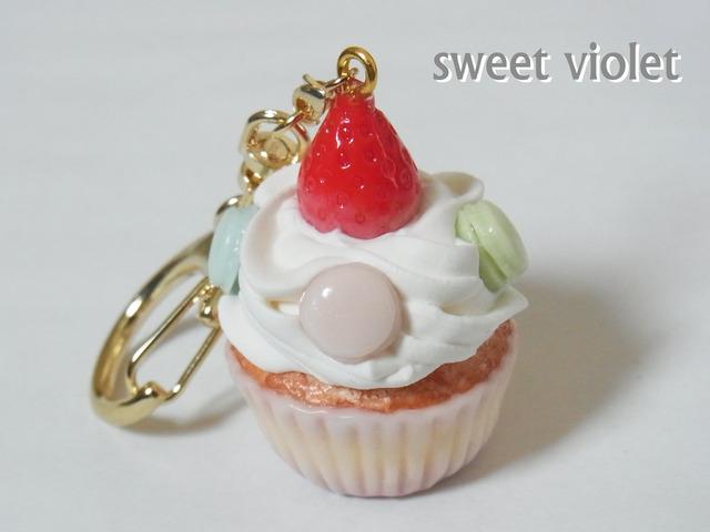 【再々入荷】いちごとマカロンのカップケーキキーホルダー(バッグチャーム変更可)