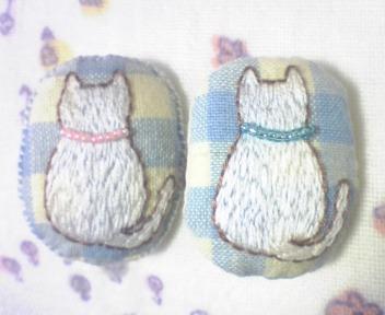 白猫さんの後ろ姿 刺繍ブローチ