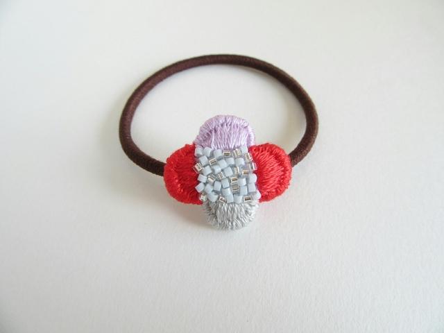 『刺繍とビーズの小さなお花』ヘアゴム