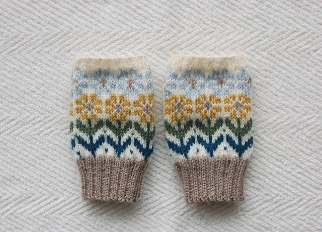 手編みの指なしミトン 「花園」 黄色×水色お花