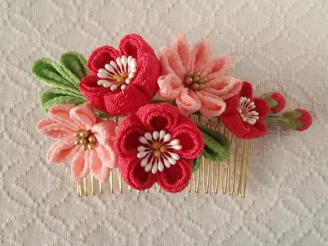 〈つまみ細工〉梅と小菊のコーム(サンゴとサーモンピンク)