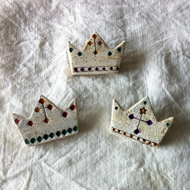 再販【陶土】王冠 クラウンブローチ