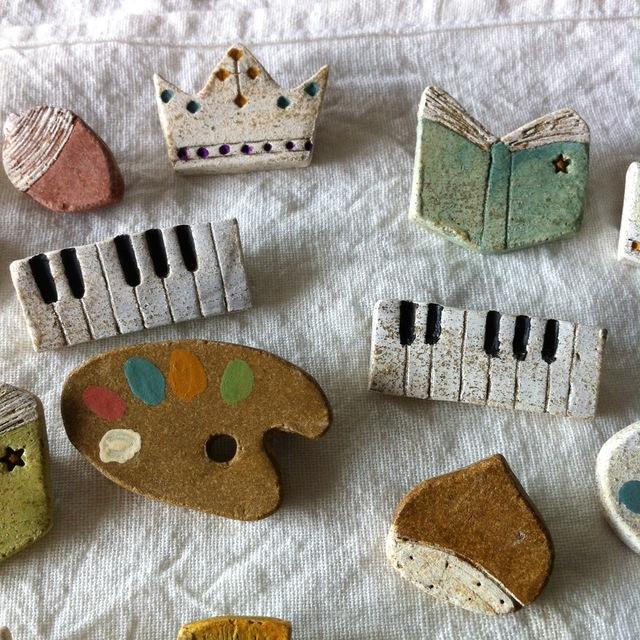 【陶土】鍵盤*ピアノオルガン ブローチ